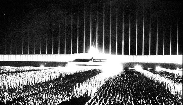 Albert speer cattedrale di luce norimberga progetti for Architecture totalitaire