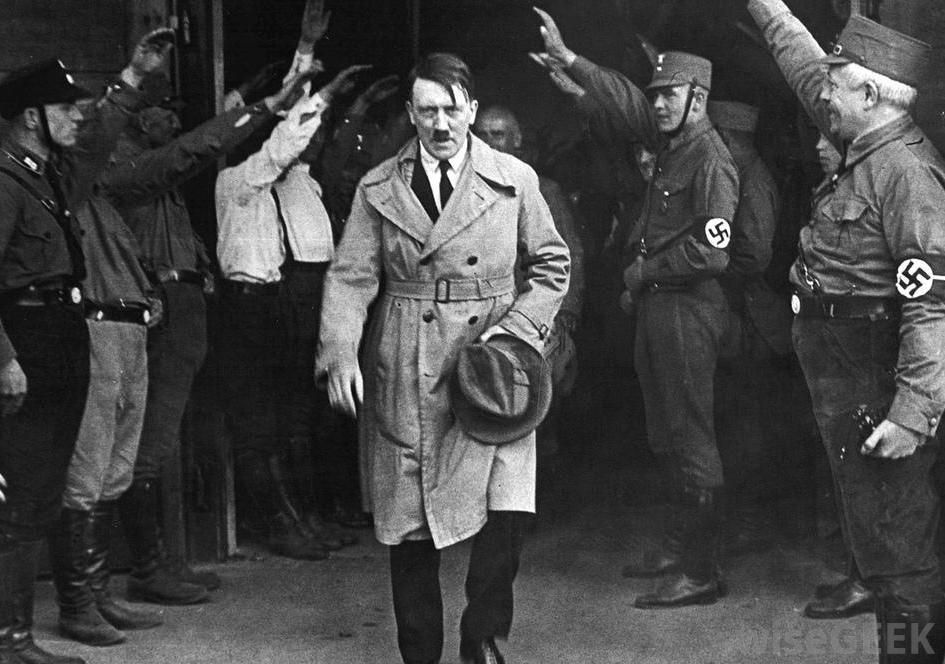 hilter-saluted-by-guards.jpg